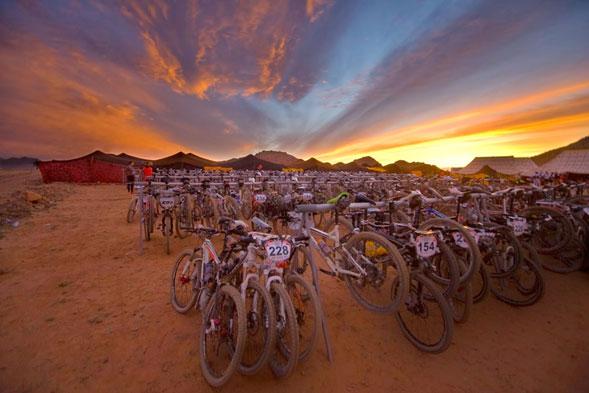 Deporte-extremo-sobre-2-ruedas-en-pleno-desierto-2