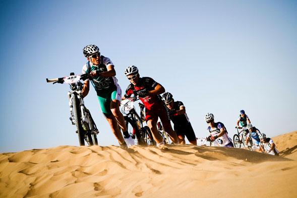 Deporte-extremo-sobre-2-ruedas-en-pleno-desierto