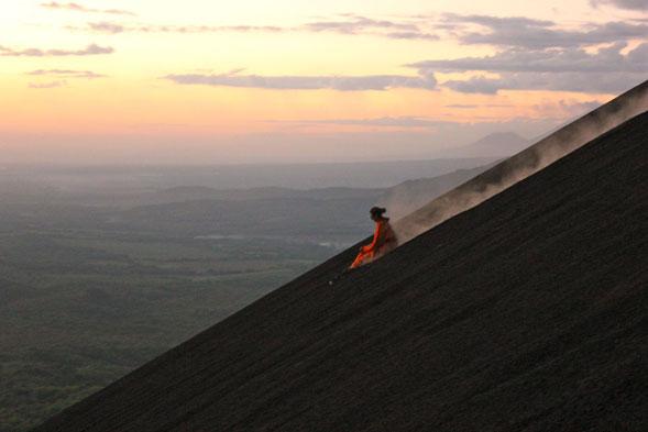 volcano-boarding-cuando-lo-extremo-y-lo-bizarro-se-combinan-2