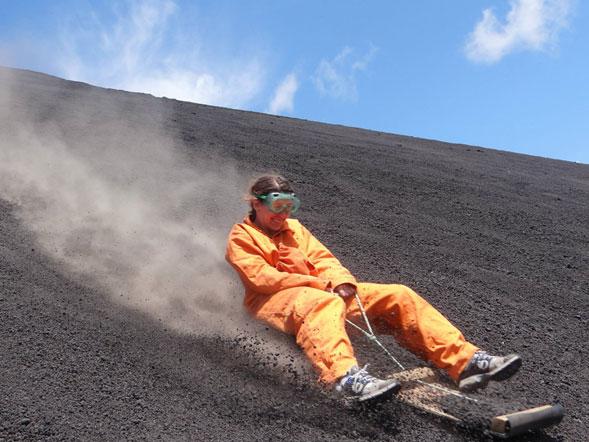 volcano-boarding-cuando-lo-extremo-y-lo-bizarro-se-combinan