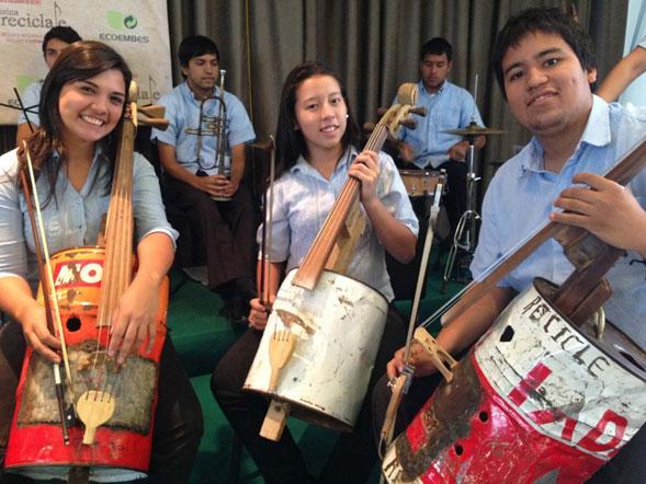 Ninos-que-tocan-con-instrumentos-reciclados