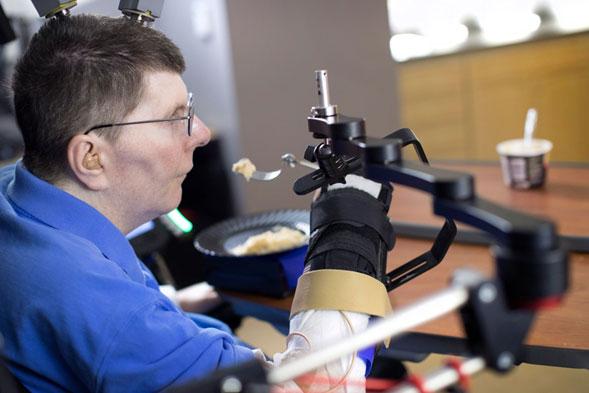 Un-tetrapléjico-vuelve-a-moverse-con-tecnología