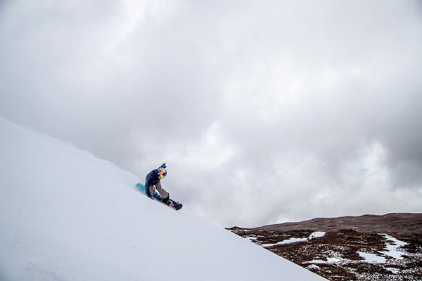snowboarder-lyon-farrell-mauna-kea