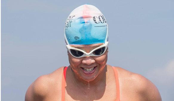 Mujer intenta rodear nadando la ciudad de Hong Kong con fines benéficos
