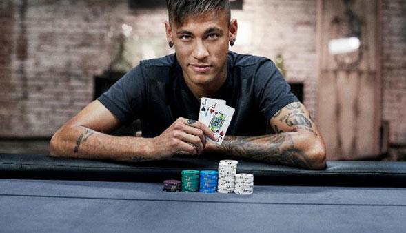 Neymar se hace unos tatuajes mientras jugaba poker con sus amigos