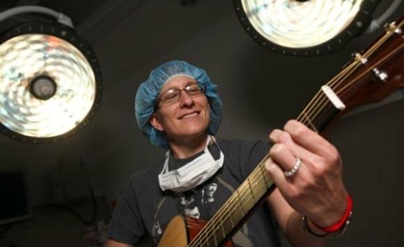 Cirugías al son de la música: un controvertido debate