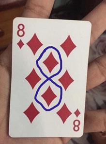 Llevas toda la vida viendo esta carta de póker y nunca te habías fijado en este detalle