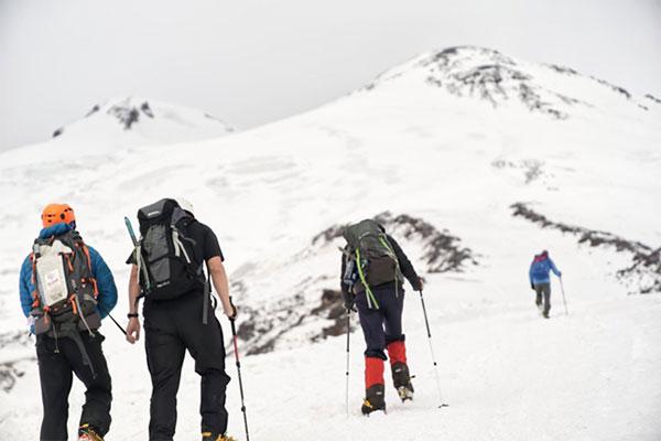 Conoce al alpinista ciego que escaló el pico más alto de Europa