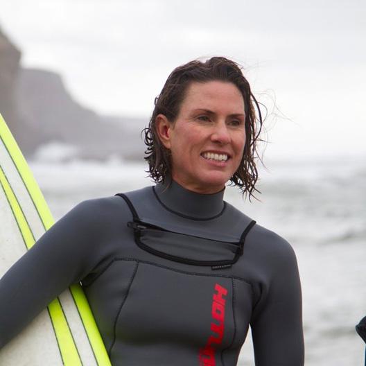 Por primera vez mujeres surfistas compiten en las olas más peligrosas de los Estados Unidos