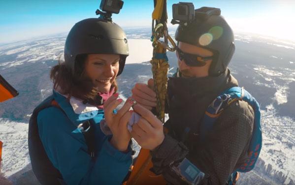 Hombre le propone matrimonio a su novia en pleno salto en paracaídas