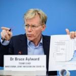 El doctor Bruce Aylward muestra los datos del coronavirus.